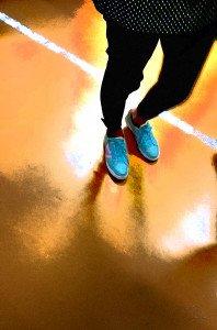 pieds bleus avec une veste à pois sur une surface orange copier